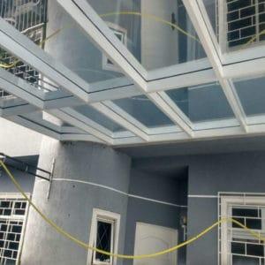 Cobertura de vidro fixa com estrutura metálica