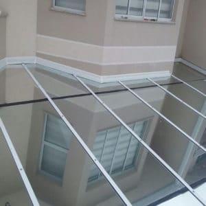Cobertura de vidro fixa em condomínio