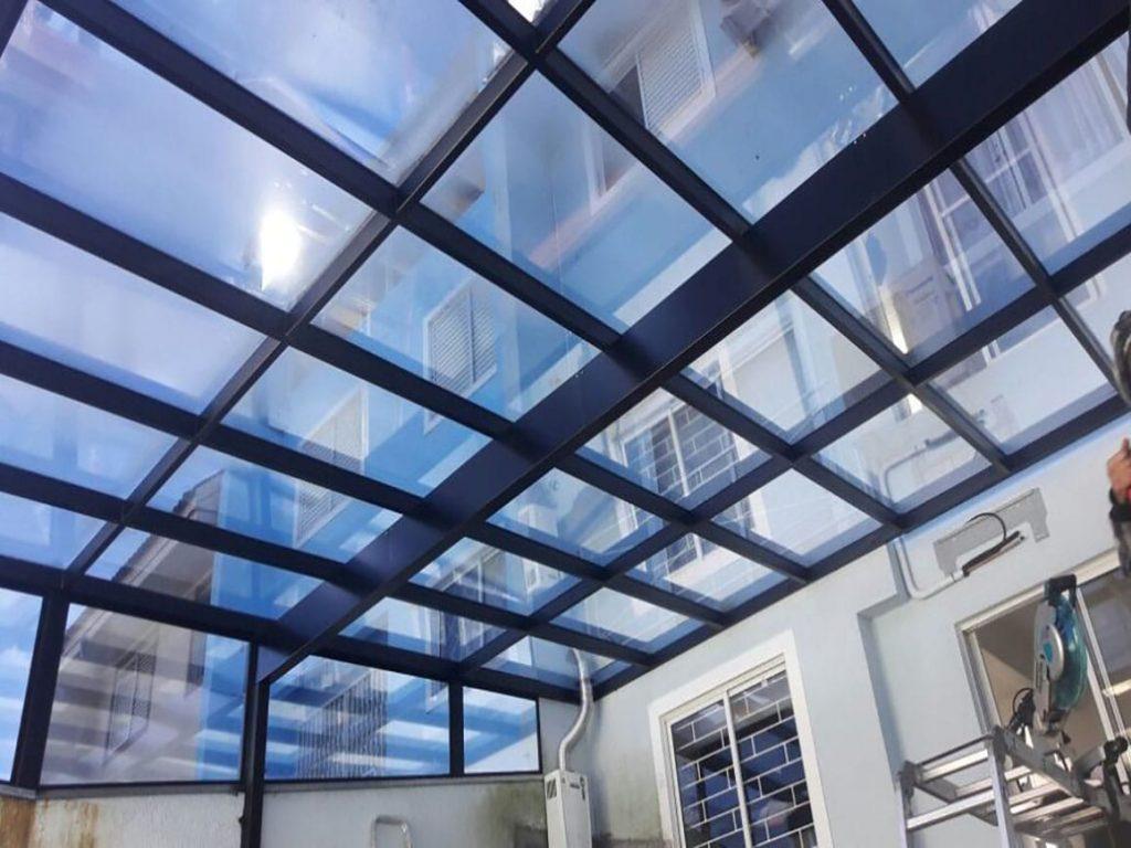 Cobertura de vidro fixa em uma casa de Curitiba