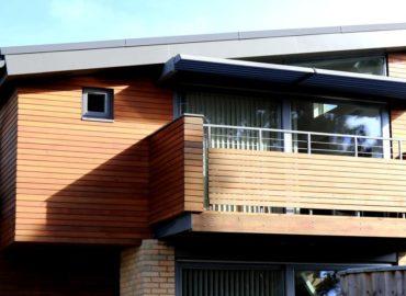 Casa com sacada coberta com cobertura de vidro