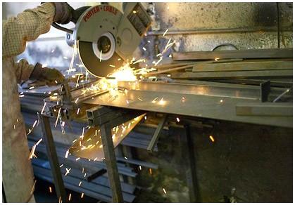 serralheiro com máquina soldando metal