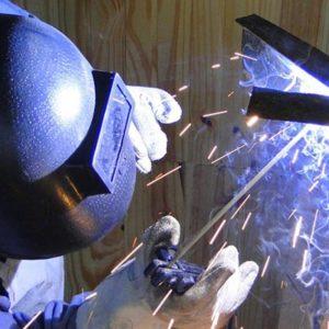 Serralheiro soldando ferro