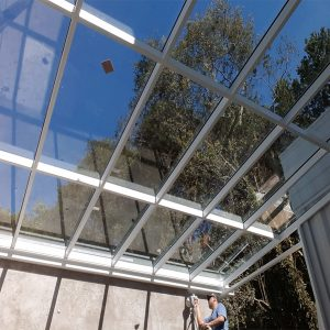 Cobertura de vidro no jardim