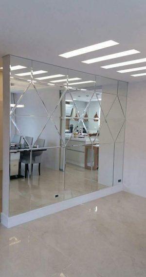 espelho colocado em toda a parede da residência