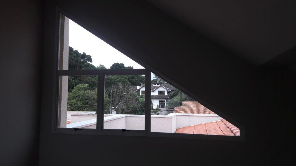 Janela no ático de uma casa