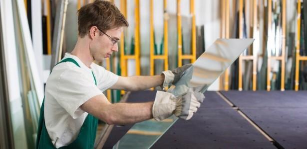 Vidraceiro trabalhando com vidro