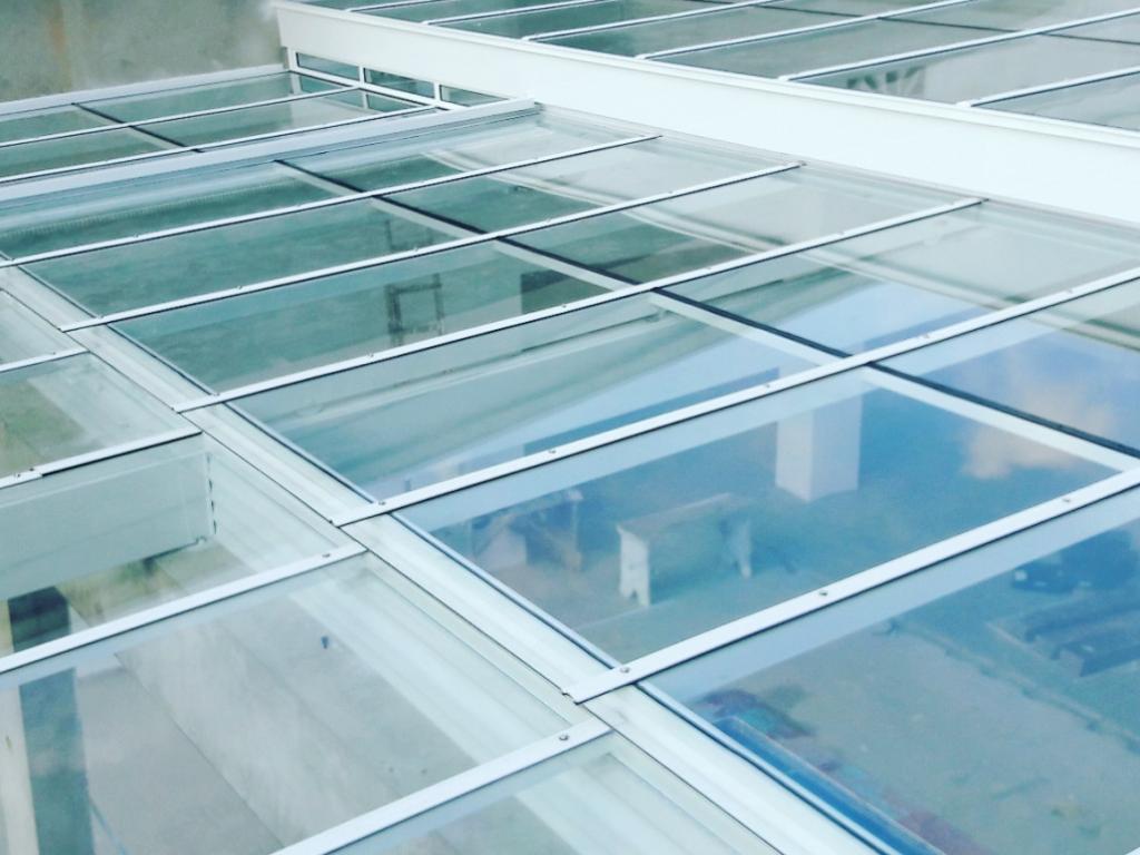 Cobertura de vidro retrátil instalada em uma empresa