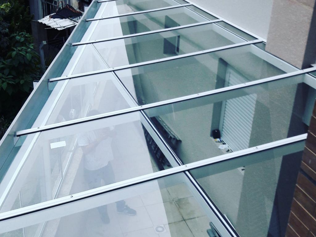 Cobertura de vidro fixa instalada em um prédio