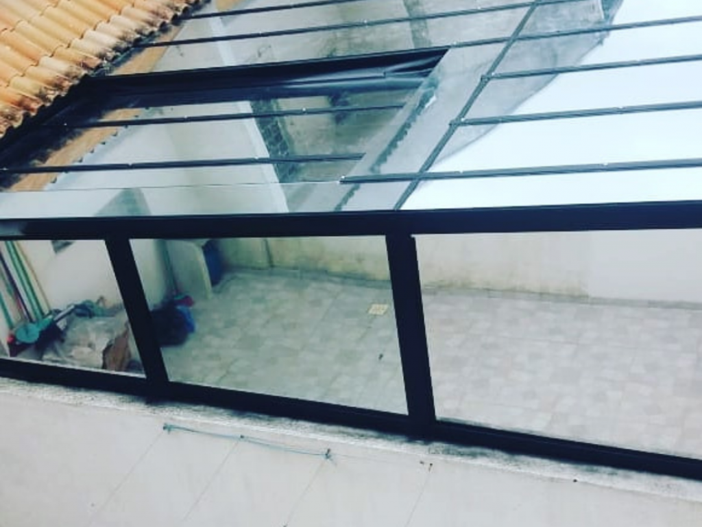 Cobertura de vidro retrátil com estrutura metálica preta