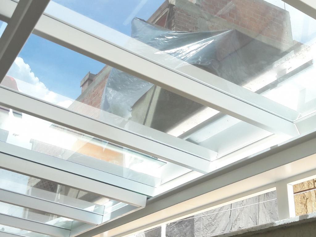 Cobertura de vidro com estrutura metálica branca
